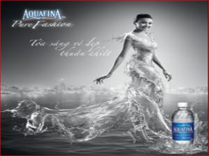 Chiếc váy nước đầy tính thời trang và đẹp thuần khiết đã tạo nên thành công cho AQUAFINA